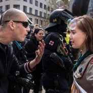 Esta niña Scout enfrentó a un manifestante de una marcha neonazi